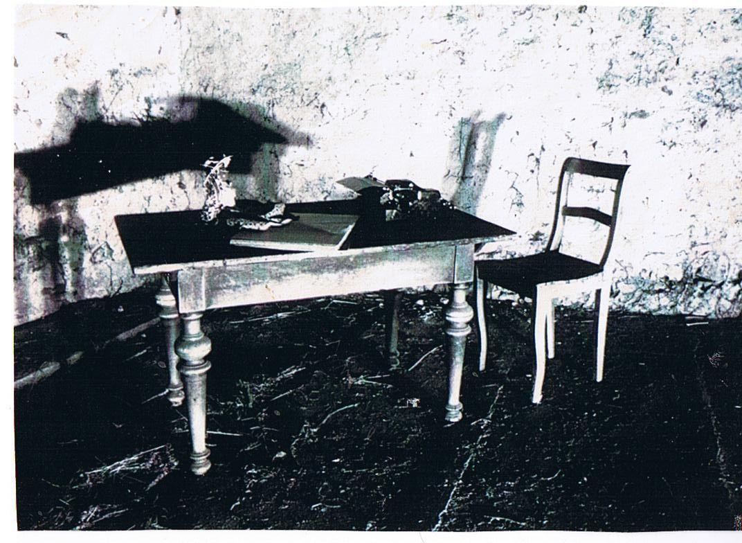 Scheune mit nacktem Tisch