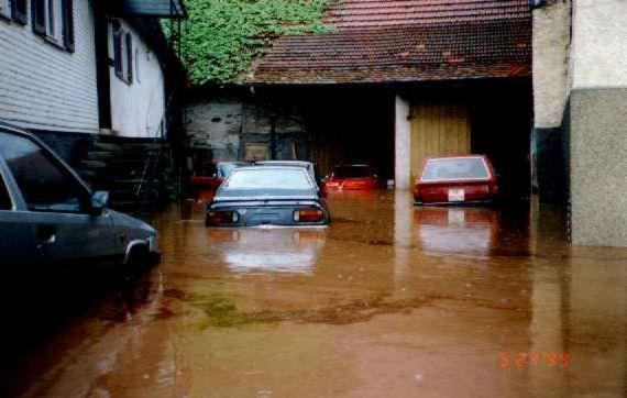 Hochwasser 1994-Hof mit ertrunkenen Autos