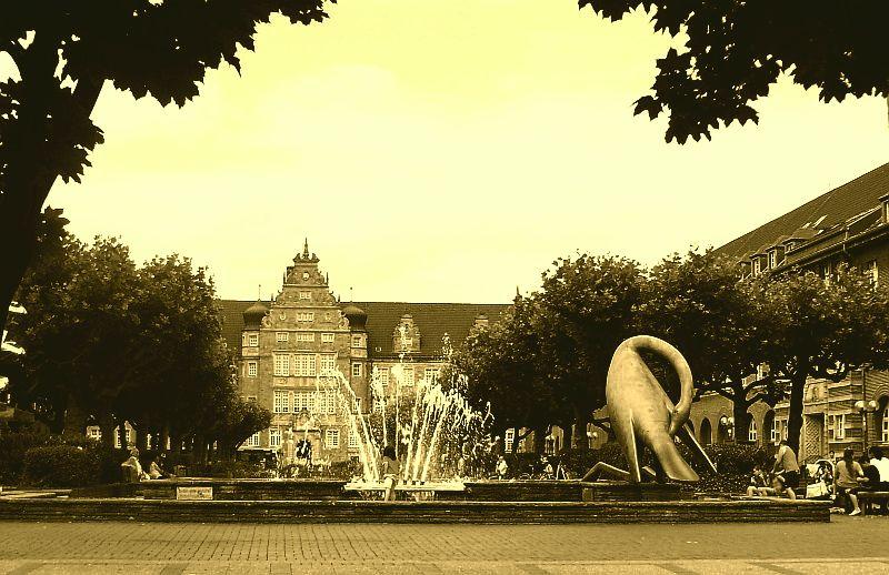 Der Friedensplatz mit dem Reiherbrunnen; im Hintergrund das Amtsgericht.