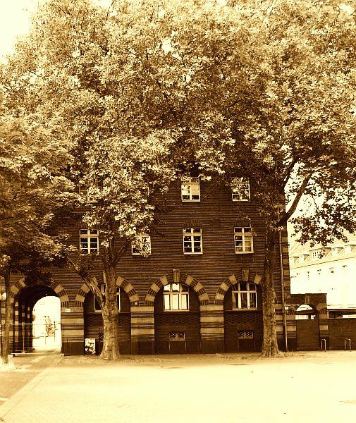 Das Oberhausener Polizeikloster; abgelichtet ist die historische Westseite.